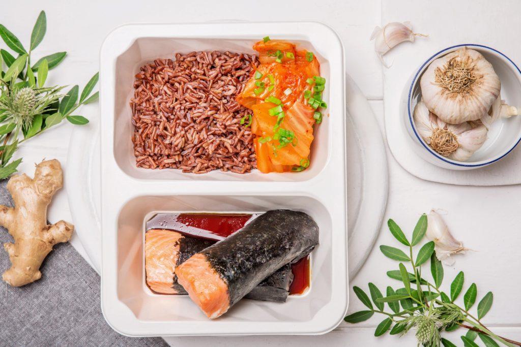 Łosoś jurajski w nori w sosie teriyaki z domową kimchi i czerwonym ryżem