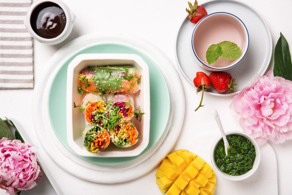 Spring rollsy z warzywami, mango i zielonym pesto z sosem orientalnym